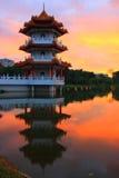 Coucher du soleil dans un petit lac avec la pagoda Images libres de droits