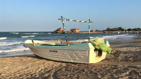 Coucher du soleil dans un petit port en parc national de Yala, Sri Lanka banque de vidéos