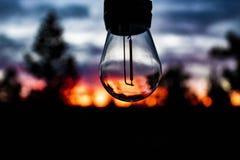 coucher du soleil dans une ampoule image stock