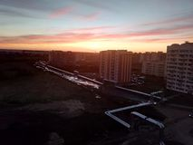 coucher du soleil dans une petite ville ordinaire Photo stock