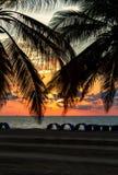 Coucher du soleil dans une plage abandonnée photo stock