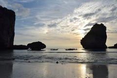 Coucher du soleil dans une plage en Thaïlande Fond Images stock