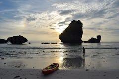 Coucher du soleil dans une plage en Thaïlande Fond Photographie stock libre de droits