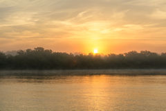 Coucher du soleil dans une soirée brumeuse d'été Vue horizontale d'un soleil-setti Photo stock