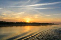 Coucher du soleil dans une soirée brumeuse d'été Vue horizontale d'un soleil-setti Photographie stock