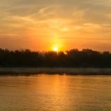 Coucher du soleil dans une soirée brumeuse d'été Vue horizontale d'un soleil-setti Images libres de droits