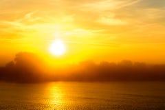 Coucher du soleil dans une soirée brumeuse d'été Vue horizontale d'un soleil-setti Images stock
