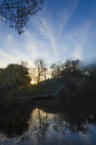 Coucher du soleil dans une vieille carrière inondée photographie stock