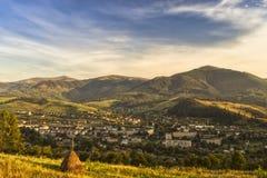 Coucher du soleil dans une ville entre les montagnes photographie stock libre de droits