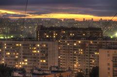 Coucher du soleil dans une zone urbaine. Image libre de droits