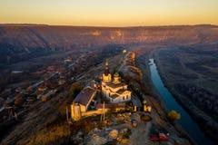 Coucher du soleil dans vieil Orhei avec le monastère et le Butuceni Villag d'Orhei images libres de droits