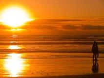 coucher du soleil de 4 silhouettes de plage Images libres de droits