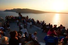 Coucher du soleil de attente Oia, Santorini, îles de Cyclades La Grèce Photos libres de droits