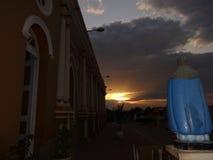 Coucher du soleil de Beaultiful dans l'image d'église et de saint images stock