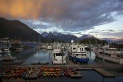 Coucher du soleil de Beautifil dans le port de Valdez Alaska Photographie stock libre de droits