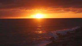 Coucher du soleil de Beuatiful sur la mer banque de vidéos