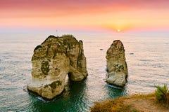 Coucher du soleil de Beyrouth sur des roches de raouche Photo stock