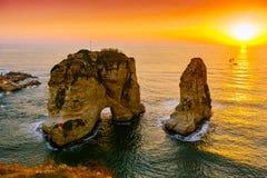 Coucher du soleil de Beyrouth sur des roches de raouche Photographie stock