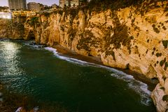 Coucher du soleil de Beyrouth sur des roches de raouche Image libre de droits
