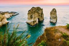 Coucher du soleil de Beyrouth sur des roches de raouche Photo libre de droits