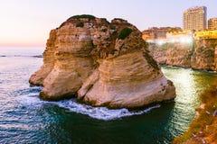 Coucher du soleil de Beyrouth sur des roches de raouche Images stock
