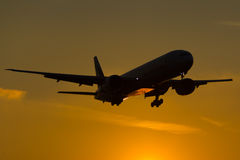 Coucher du soleil de Boeing 777 Image stock