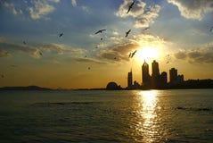 Coucher du soleil de bord de la mer à Qingdao, Chine Image libre de droits