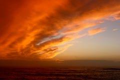 Coucher du soleil de Brillant sur la mer Photographie stock