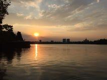 Coucher du soleil de Bucarest Photo stock