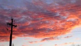 Coucher du soleil de câblage téléphonique image stock