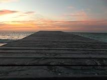 Coucher du soleil de camineriw de dock sur le dock images stock