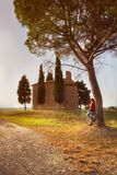 Coucher du soleil de Cappella Madonna di Vitaleta Toscane photo stock