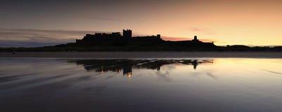 Coucher du soleil de château de Bamburgh images stock