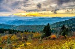 Coucher du soleil de chute, montagnes de Cowee, Ridge Parkway bleu photographie stock
