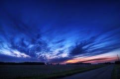 Coucher du soleil de ciel bleu Photographie stock libre de droits