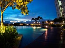 Coucher du soleil de ciel bleu de piscine chez Butterworth, Penang, Malaisie Images stock
