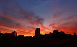 Coucher du soleil de ciel du feu dans la ville de caetano de sao images libres de droits