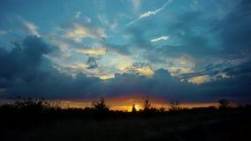 coucher du soleil de ciel nuageux banque de vidéos