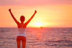 Coucher du soleil de célébration encourageant heureux de femme de succès Image stock