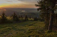 Coucher du soleil de colline de Jedlova en montagnes de Luzicke Photos stock