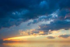 Coucher du soleil de Colofrul au-dessus de mer Images libres de droits