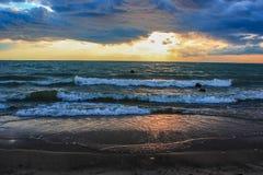 Coucher du soleil de coucher du soleil en mer Photographie stock libre de droits