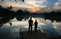 coucher du soleil de couples Image libre de droits