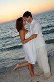 coucher du soleil de couples de plage images libres de droits
