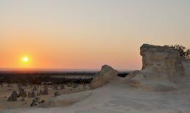 Coucher du soleil de désert de sommet : Parc national de Nambung, Australie occidentale Photographie stock