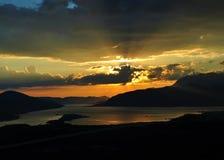 Coucher du soleil de coucher du soleil derrière les nuages - baie de Kotor Photo libre de droits