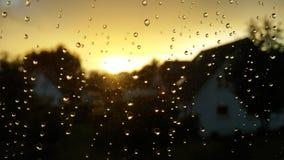 Coucher du soleil de fenêtre de gouttes de pluie image stock