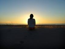 coucher du soleil de fille Images stock
