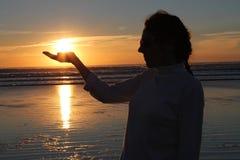 Coucher du soleil de fixation de main de femme photos libres de droits