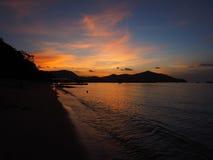 Coucher du soleil de fond à l'ombre de mer et à la lumière molle Photographie stock libre de droits